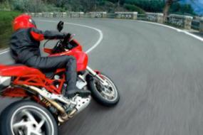 Rouler à moto à grande vitesse